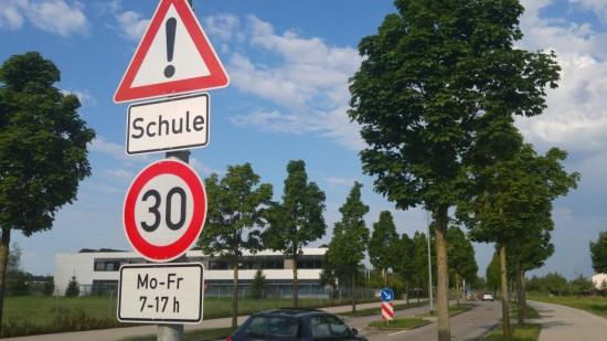 Zone 30 Schild Mittelschule Süd